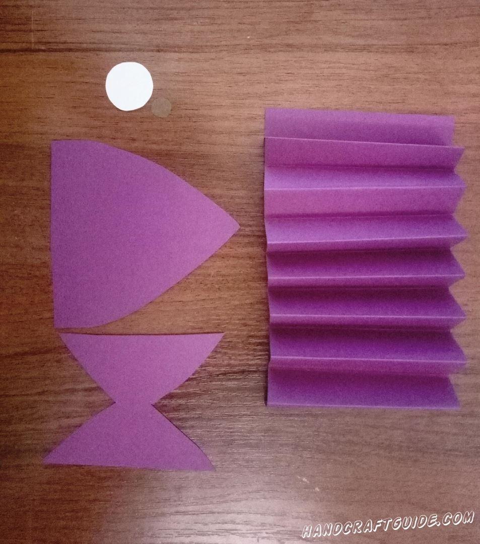 """С помощью сгибаний , делаем """"гармошку """" из фиолетовой полоски."""