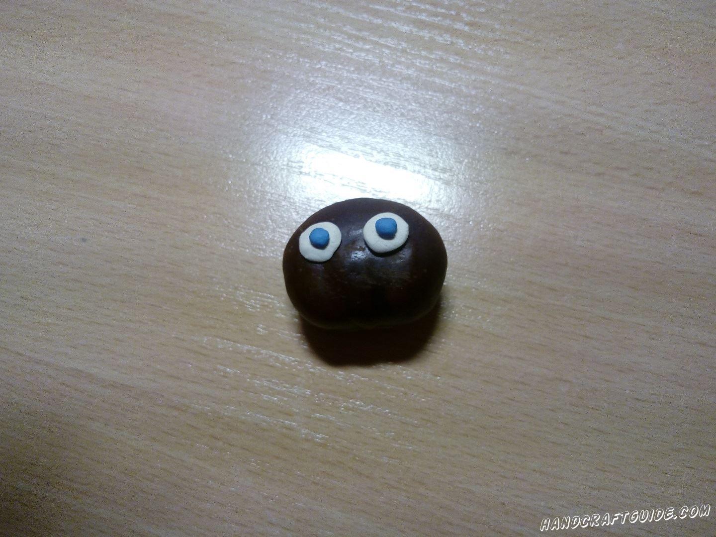 Поверх белых кружков прикрепим 2 голубых шарика, получаются глазки паучка. Добавим и ротик