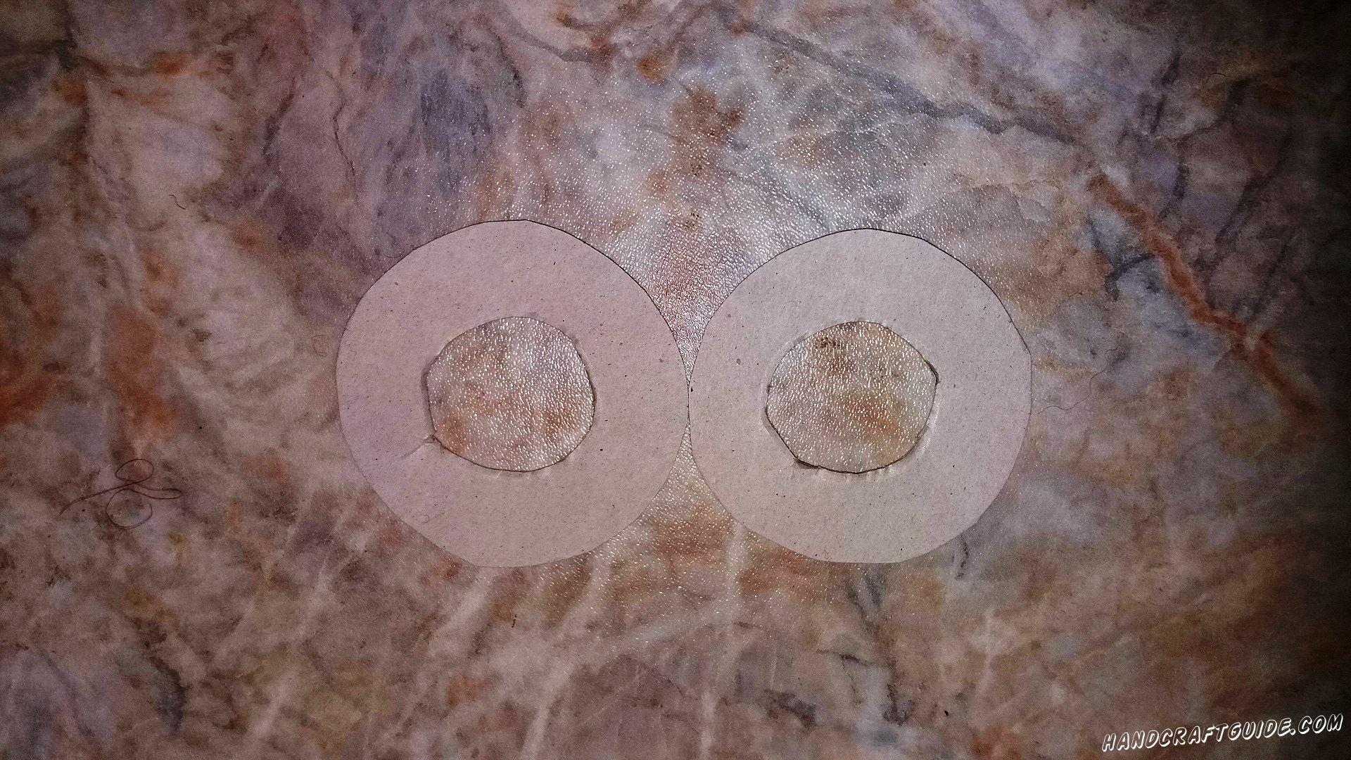 Вырезаем наши  круги и круги внутри. Получаются фигурки двух бубликов.