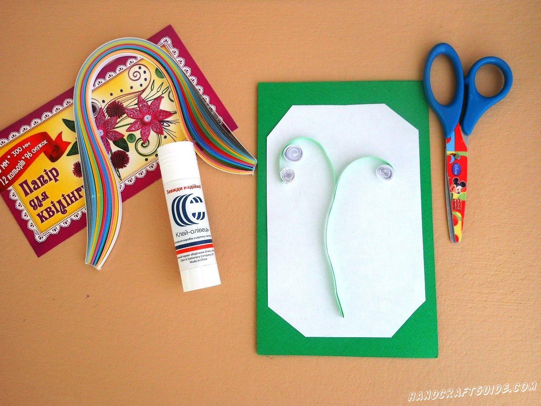 Теперь мы берем светло-зелёную полоску бумаги для квиллинга и приклеиваем стебелёк.