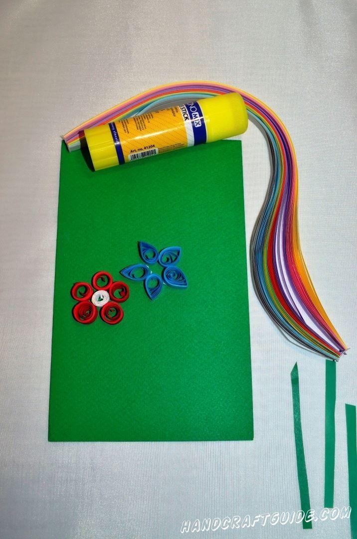 Теперь делаем ещё один цветочек, но уже синего цвета. Придавливаем кружочки с одно стороны, чтоб получить продолговатые лепестки.
