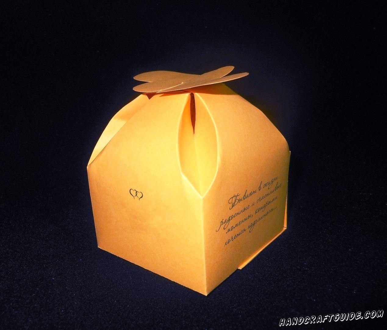 Кладём подарочек и закрываем коробочку.