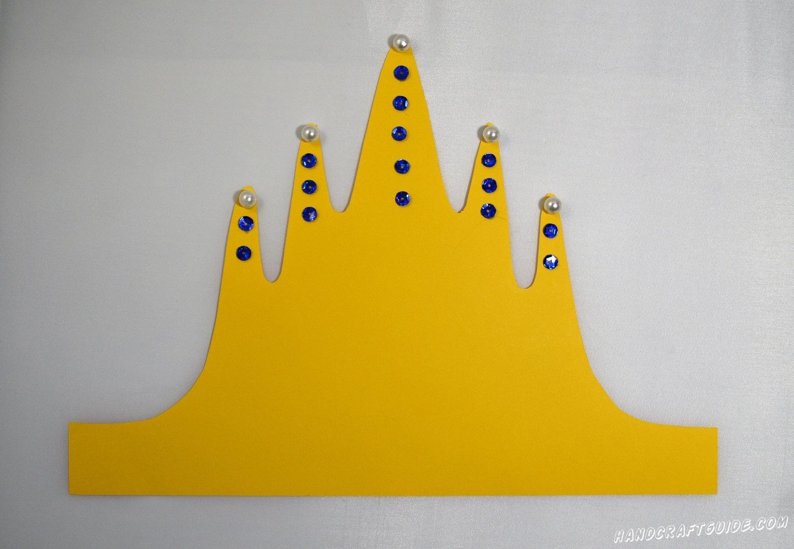 Теперь украшаем корону бисером и пайетками