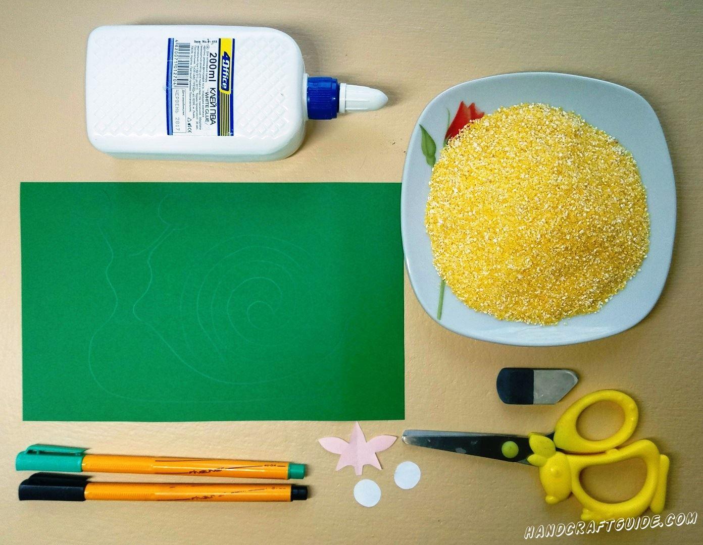 На зеленом листе бумаги мы рисуем большую красивую улитку