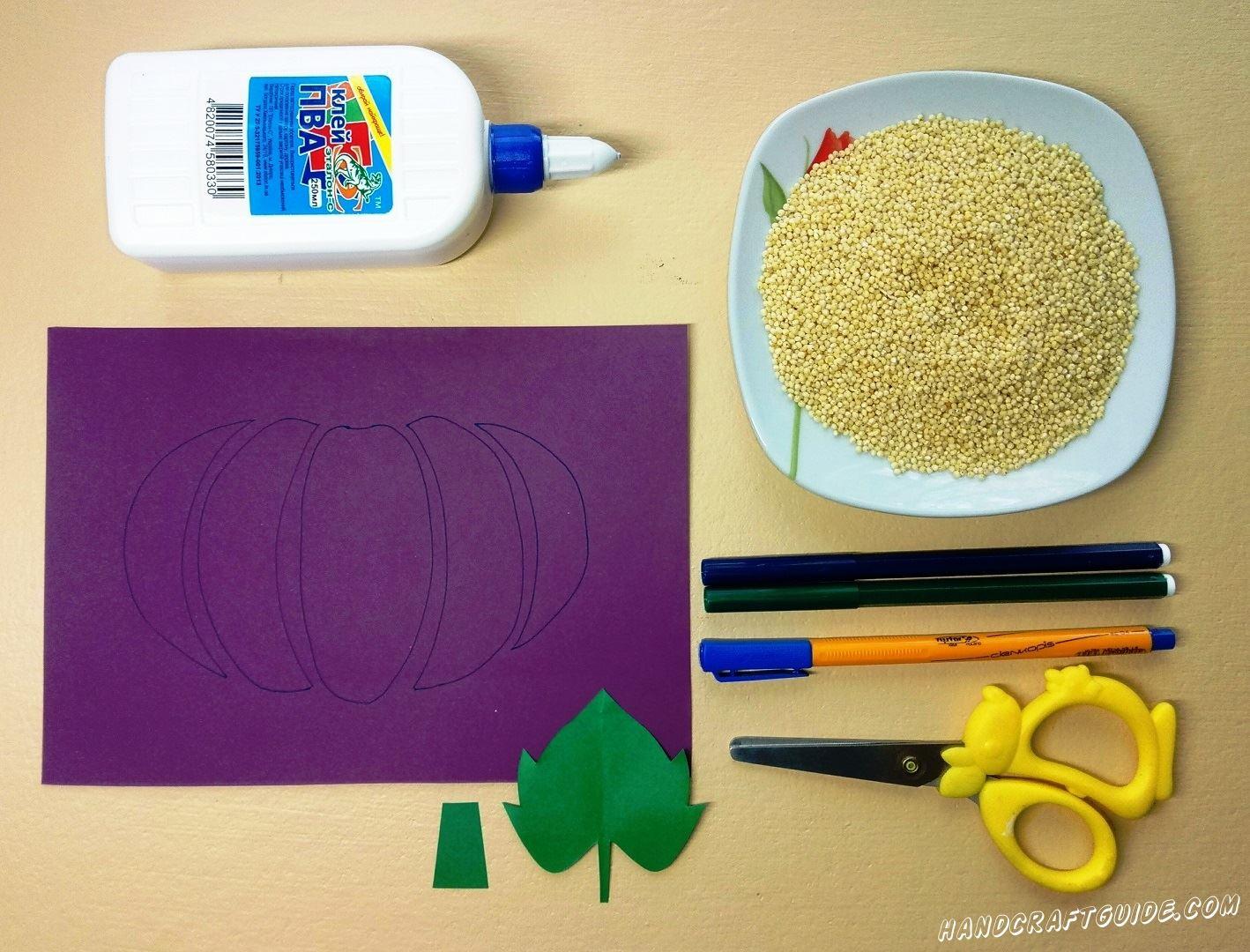 На фиолетовом листе бумаги мы нарисуем тыкву, как показано на фото