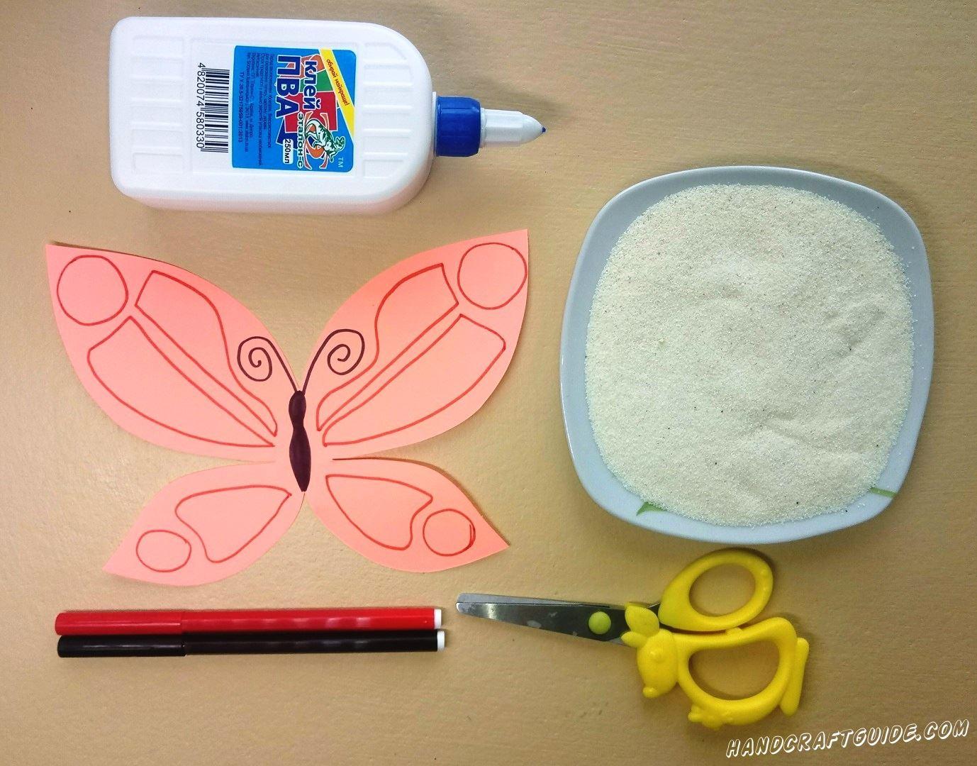 Разрисовываем нашу бумажную бабочку, как показано на фото