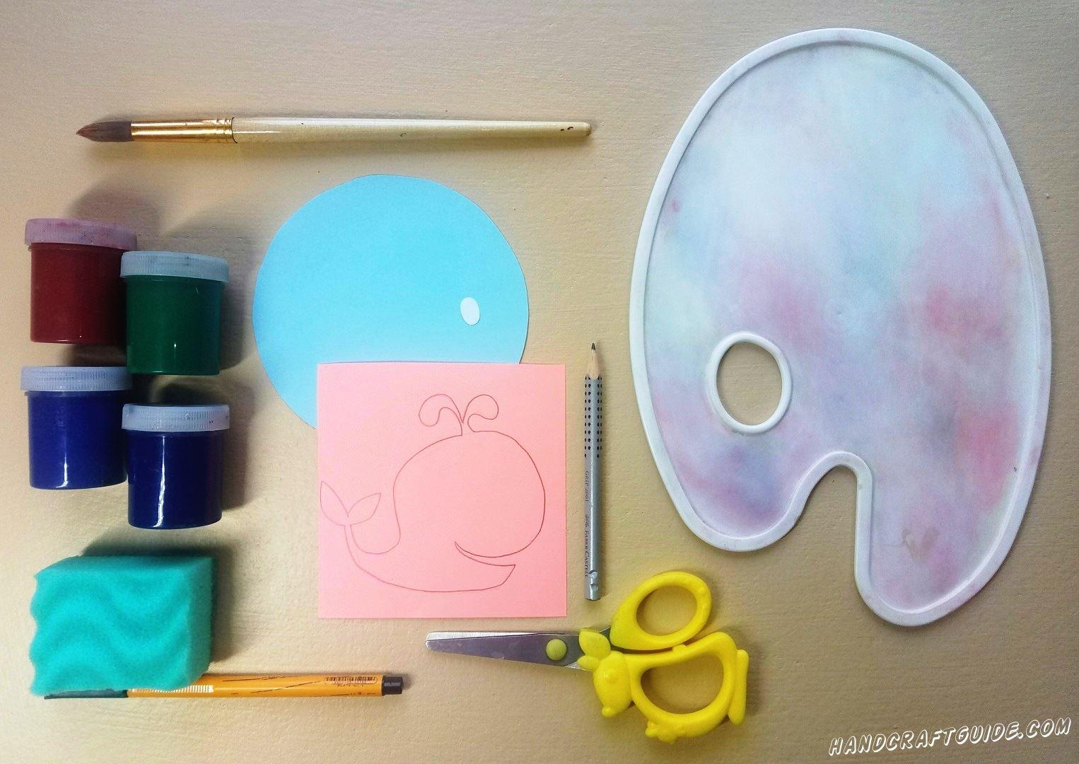 На розовом квадратике бумаги мы рисуем кита с фонтанчиком, как показано на фото