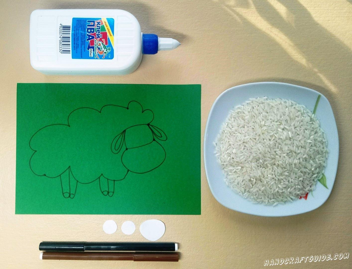 На зелёном листе бумаги мы рисуем барашка, как показано на фото