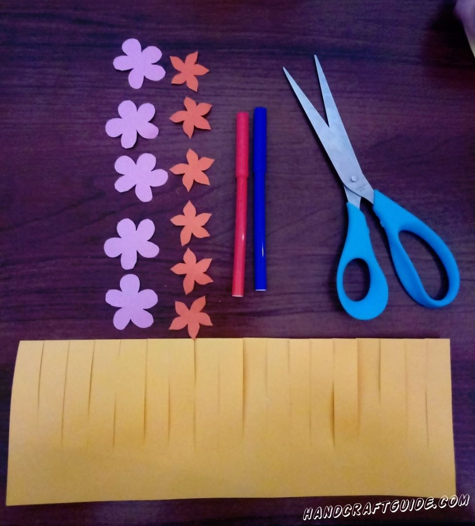 Желтый лист формата А4 разрезаем пополам вдоль и на сгибе делаем множество надрезов интервалом в 0,5 - 1 см