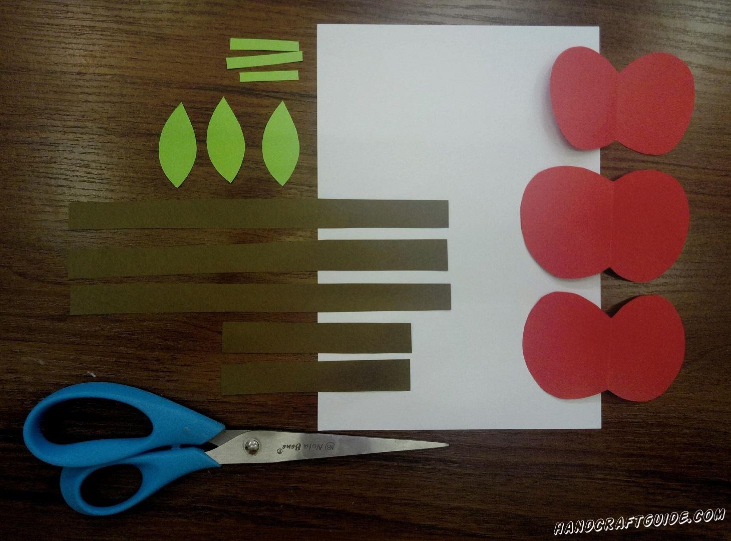 Коричневую бумагу разрезаем на полоски, 2 короткие и 3 длинные