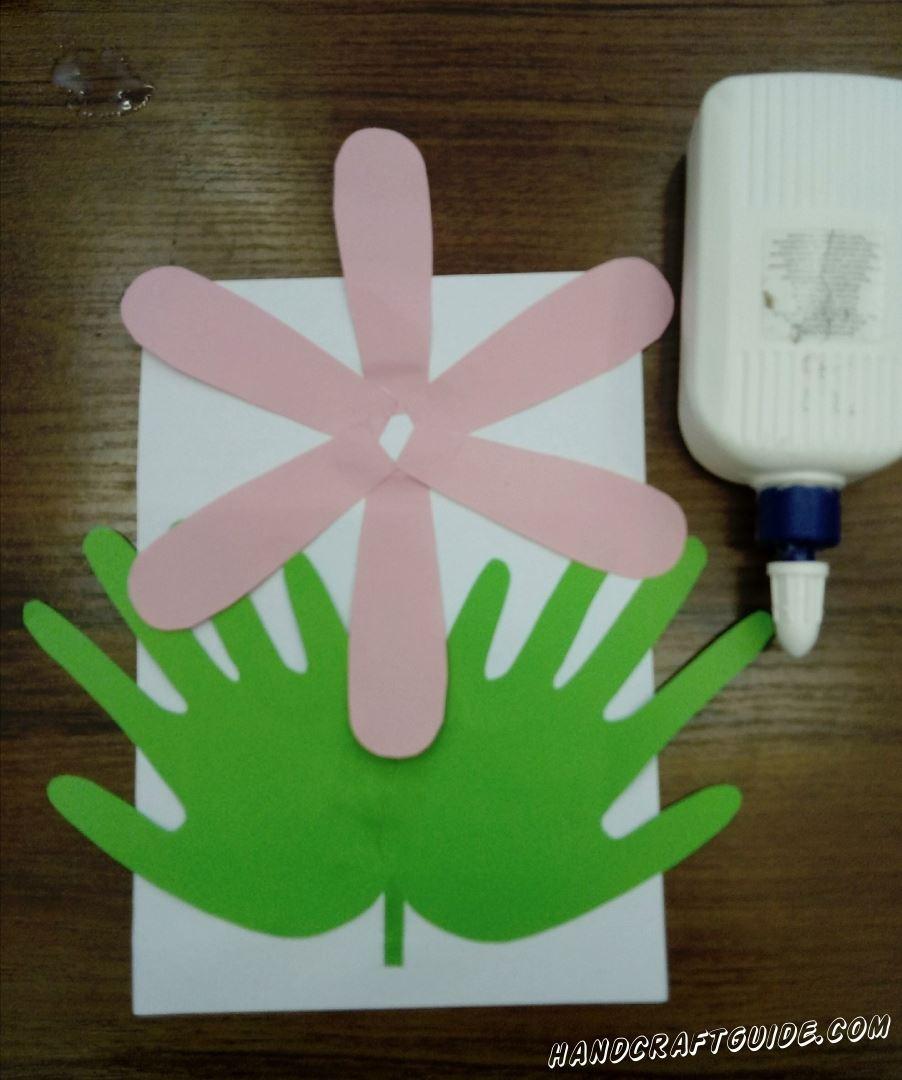 Наклеиваем розовые детальки склеивая их в середине в форму цветка