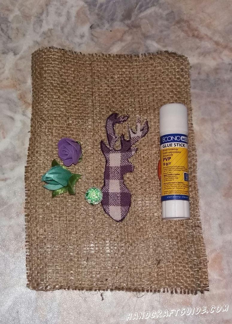 Также украшаем нашего оленя, с помощью цветочков
