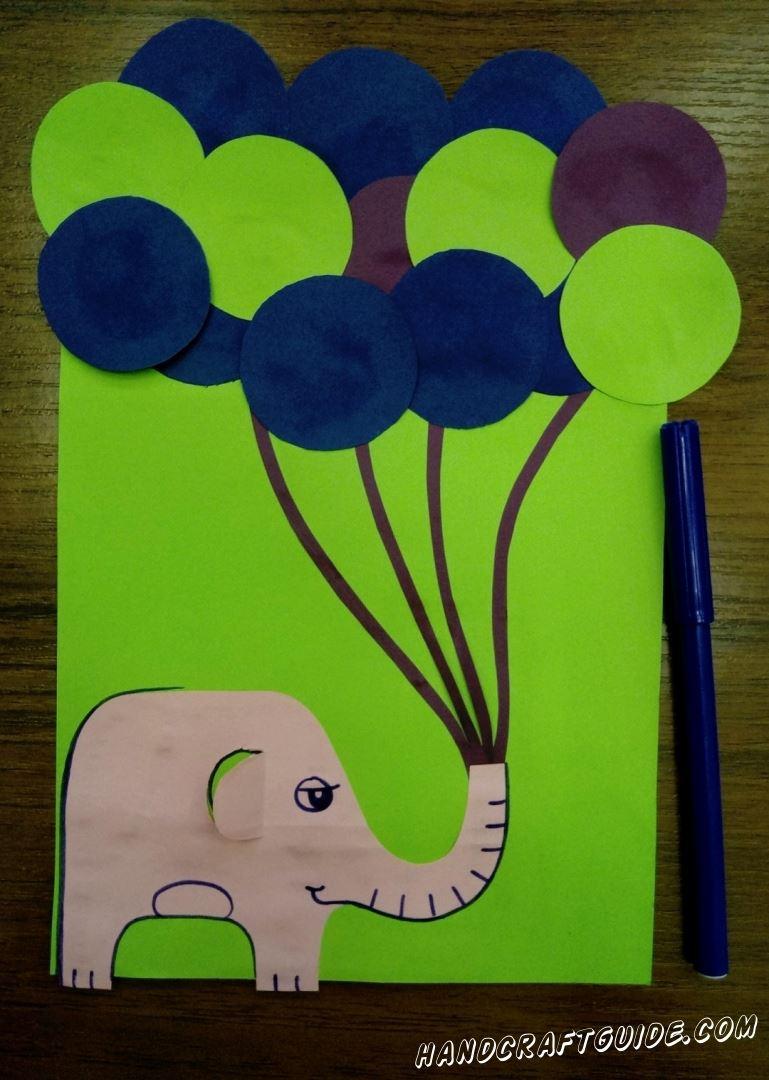 Сверху ниточек приклеиваем наши разноцветные шарики и разрисовываем слоника