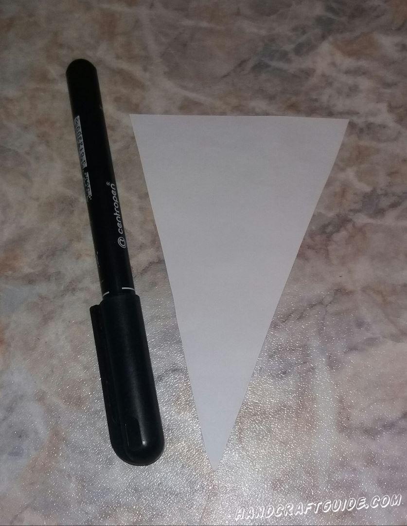 Затем берем белую бумагу и вырезаем высокий треугольник, это буде рожок мороженного
