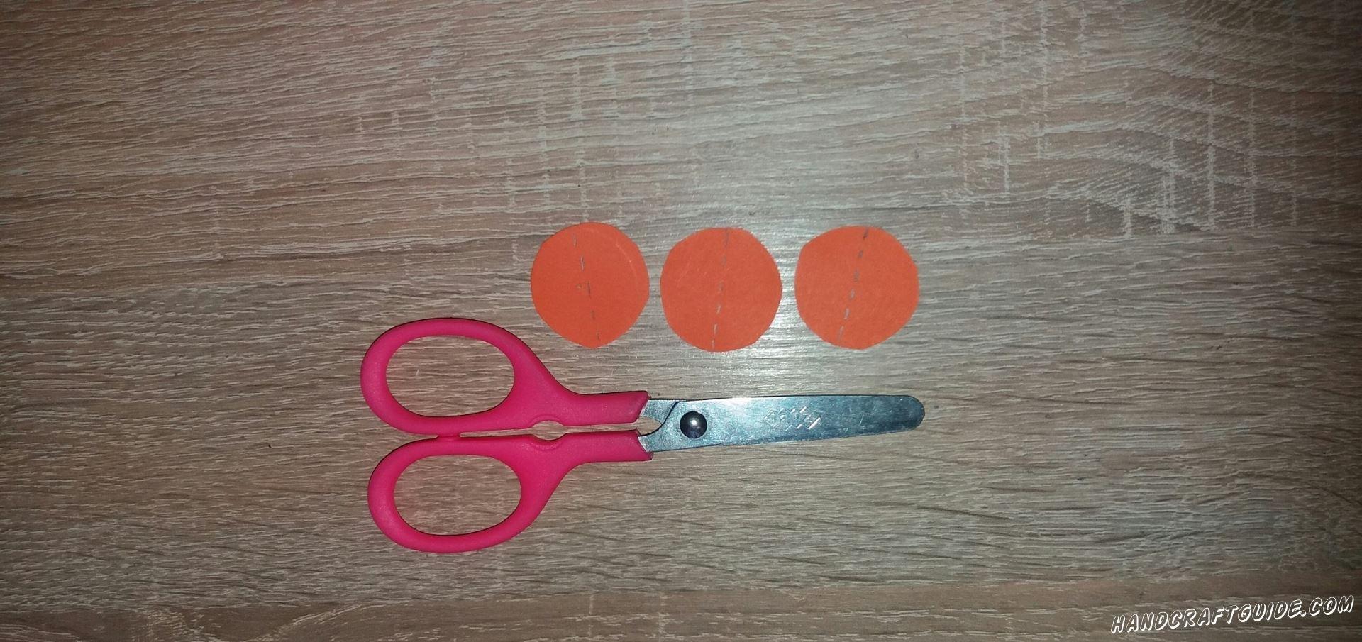 Маленькие оранжевые круги разрезаем ровно пополам