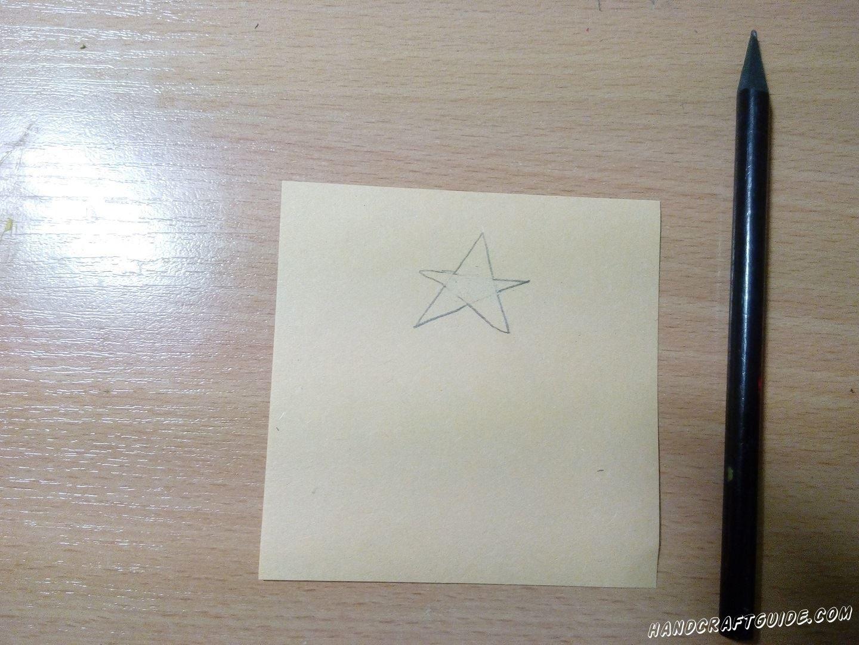 На желтой бумаге рисуем звёздочку и вырезаем её