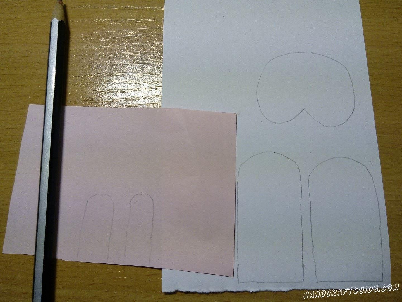Далее на белой бумаге мы рисуем 2 ушка и подставочку под низ яичка, на которой мы нарисуем лапки . Также рисуем 2 вставочки на ушки из розовой бумаги. Вырезаем нарисованные детали