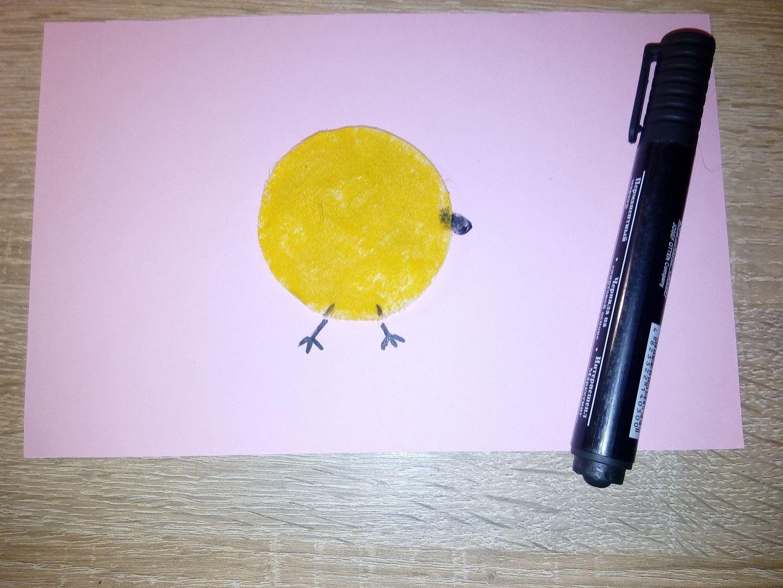 С помощью фломастера мы пририсовываем желтому кругу лапки и клювик