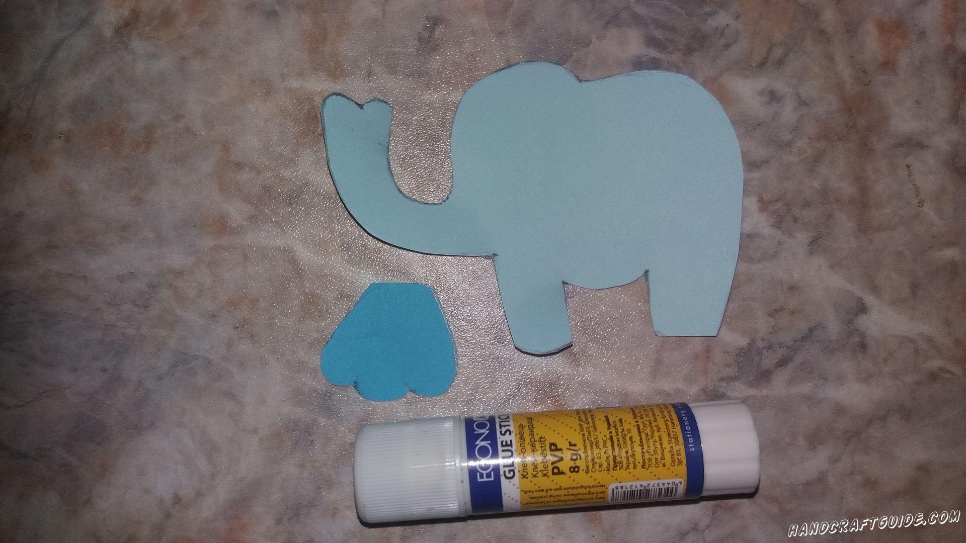 Приклеиваем ушко к голубому слонику.