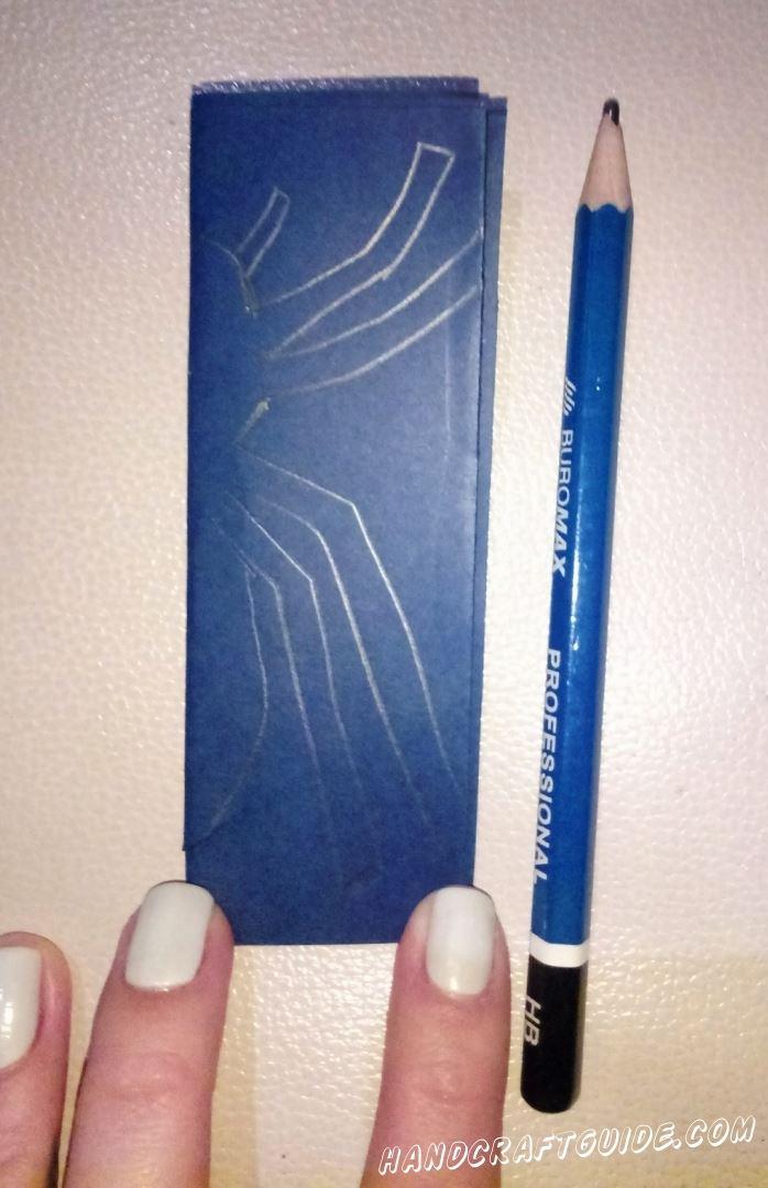 Теперь, начиная со стороны сгиба, рисуем половину паука