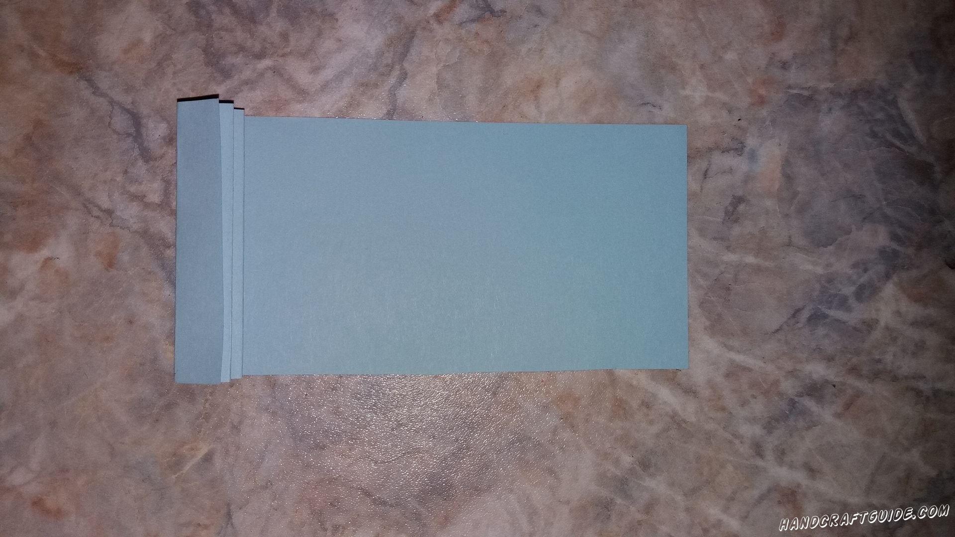 Берем голубую полосу и делаем из нее «гармошку», с помощью загибов.