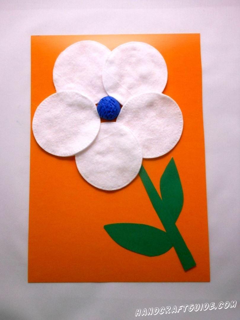 Теперь берем зелёный картон и вырезаем из него стебель и листочки для цветка. Приклеиваем к цветочку.