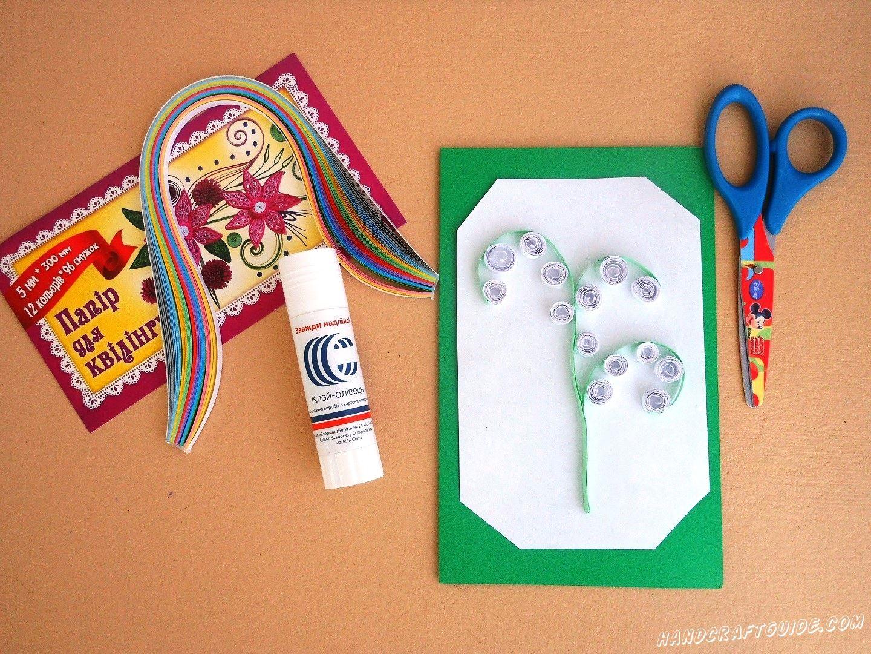 На стебель нашего растения мы приклеиваем скрученные белые цветочки, также из бумаги для квиллинга