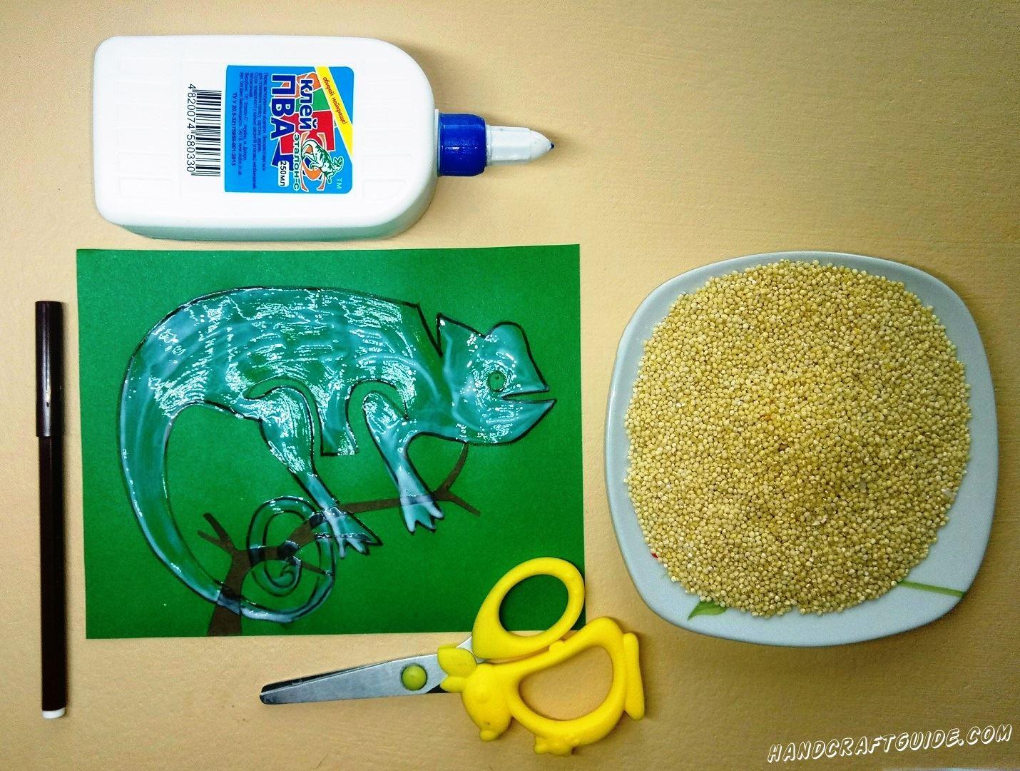 Рисуем нашего хамелеона, сидящего на веточке, и замазываем наш рисунок клеем