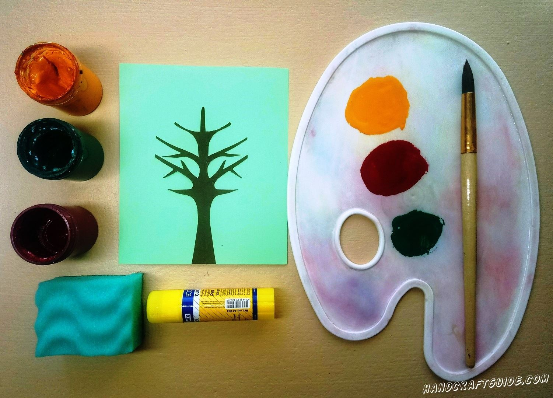 Выбираем губку с волнистой мягкой поверхностью и закрашиваем по небольшому кусочку этой губки каждым цветом. Теперь наносим желтую краску на дерево, слегка прислоняя волны на губке.