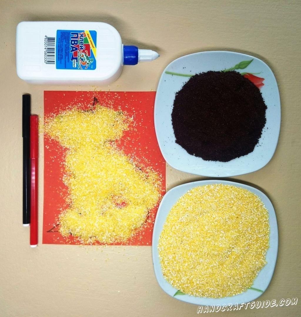 Засыпаем нашу аппликацию кукурузной крупой