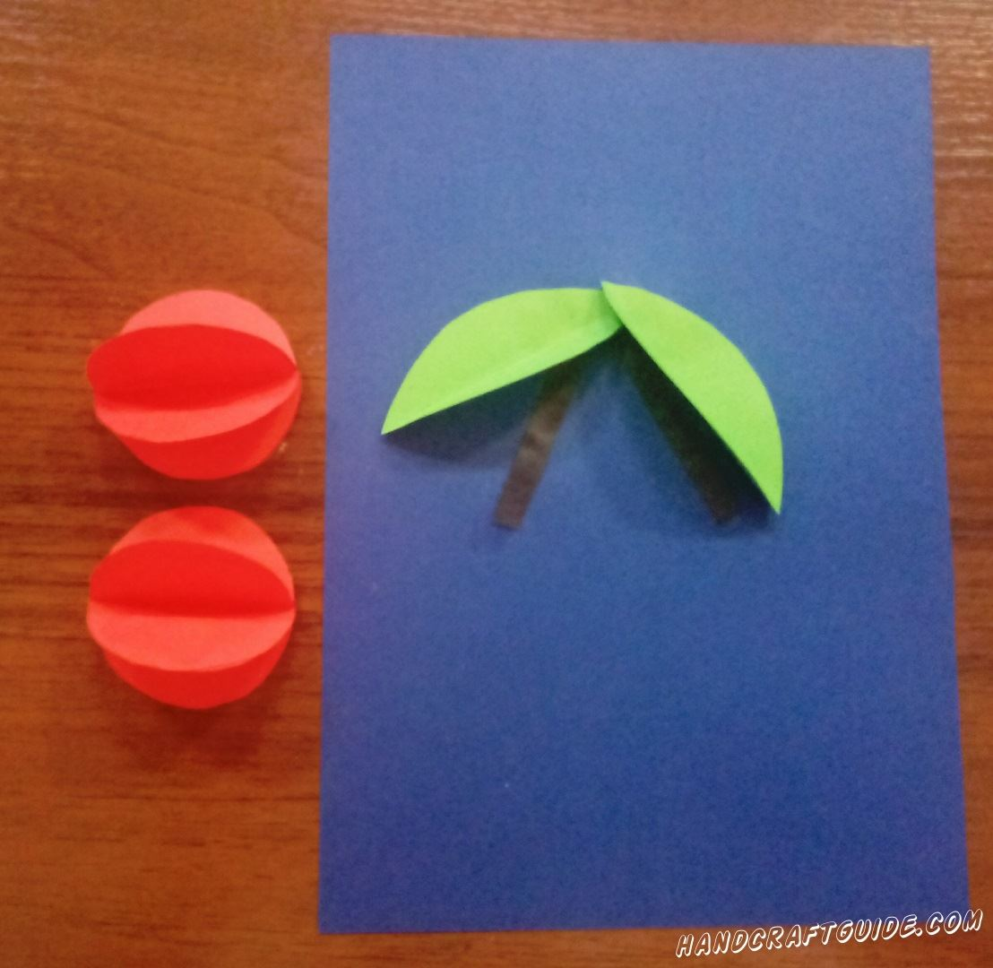 Красные кружки склеиваем сторона к стороне по 3 штучки на 1 ягоду