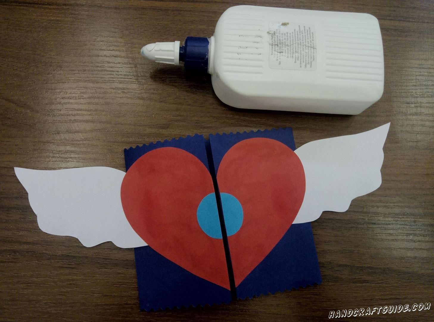 Наклеиваем сердечки на внешнюю сторону открытки
