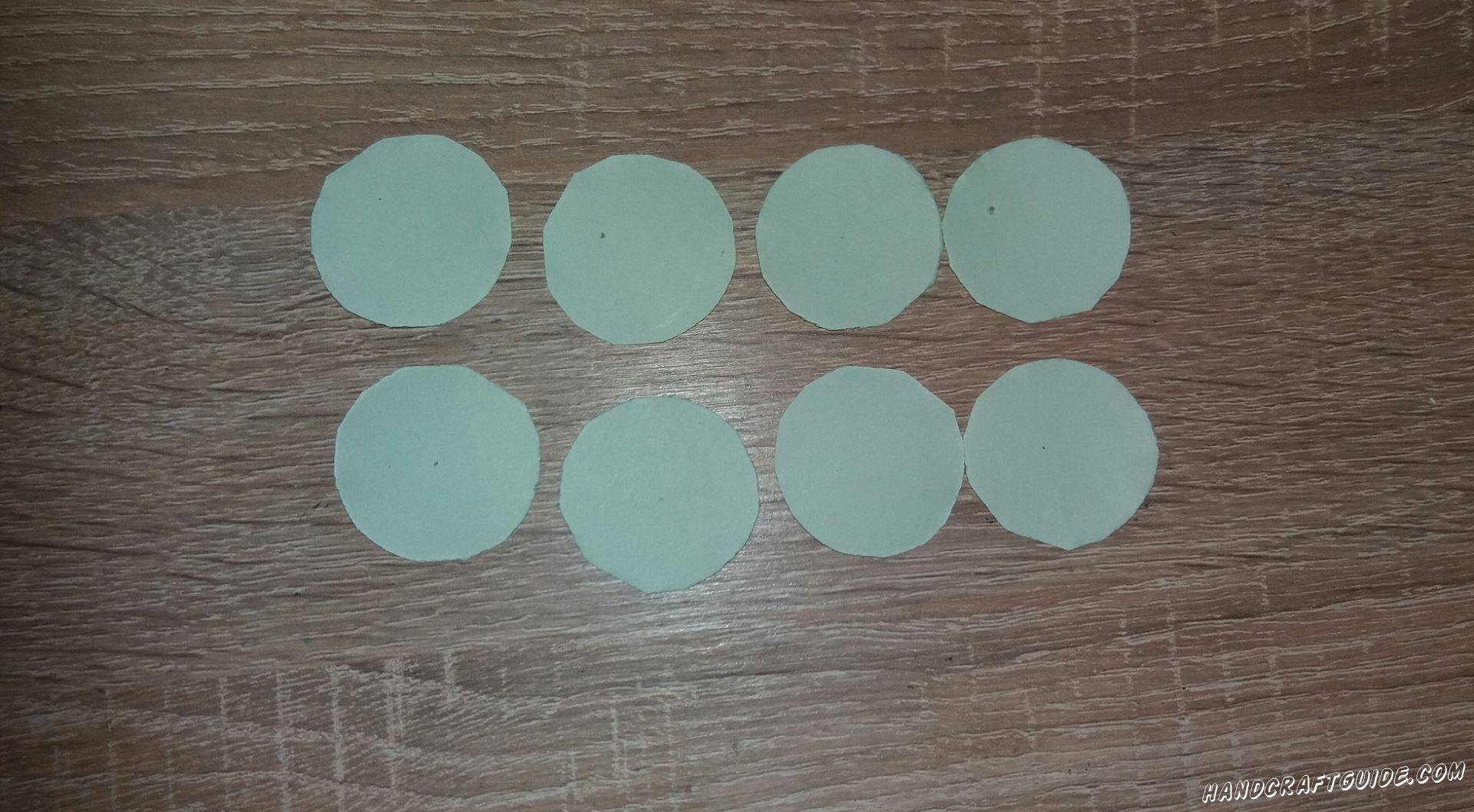 Затем берем светло-зеленые кружки и сворачиваем их с двух сторон ближе к одной из них, чтоб получилось как рожок для мороженного.
