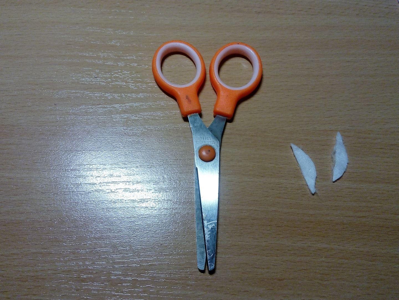 Также из ватного диска вырезаем 2 ушка