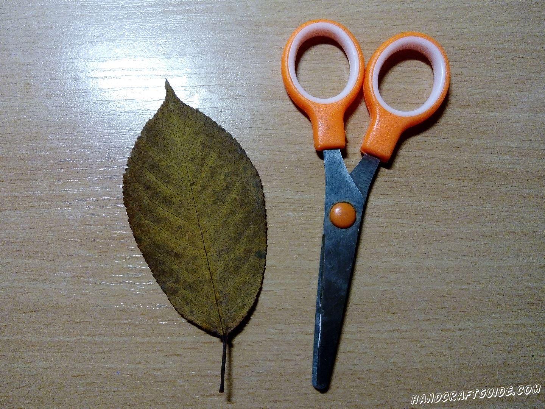 Берем ещё один листок, вырезаем и приклеиваем 2 ушка. Из остатков, вырезаем маленький треугольничек, который в итоге будет носиком зайца.