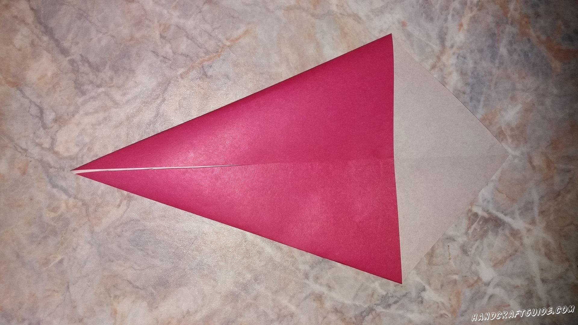 На нашем квадрате загибаем треугольник, фигурка теперь напоминает рожок мороженого.