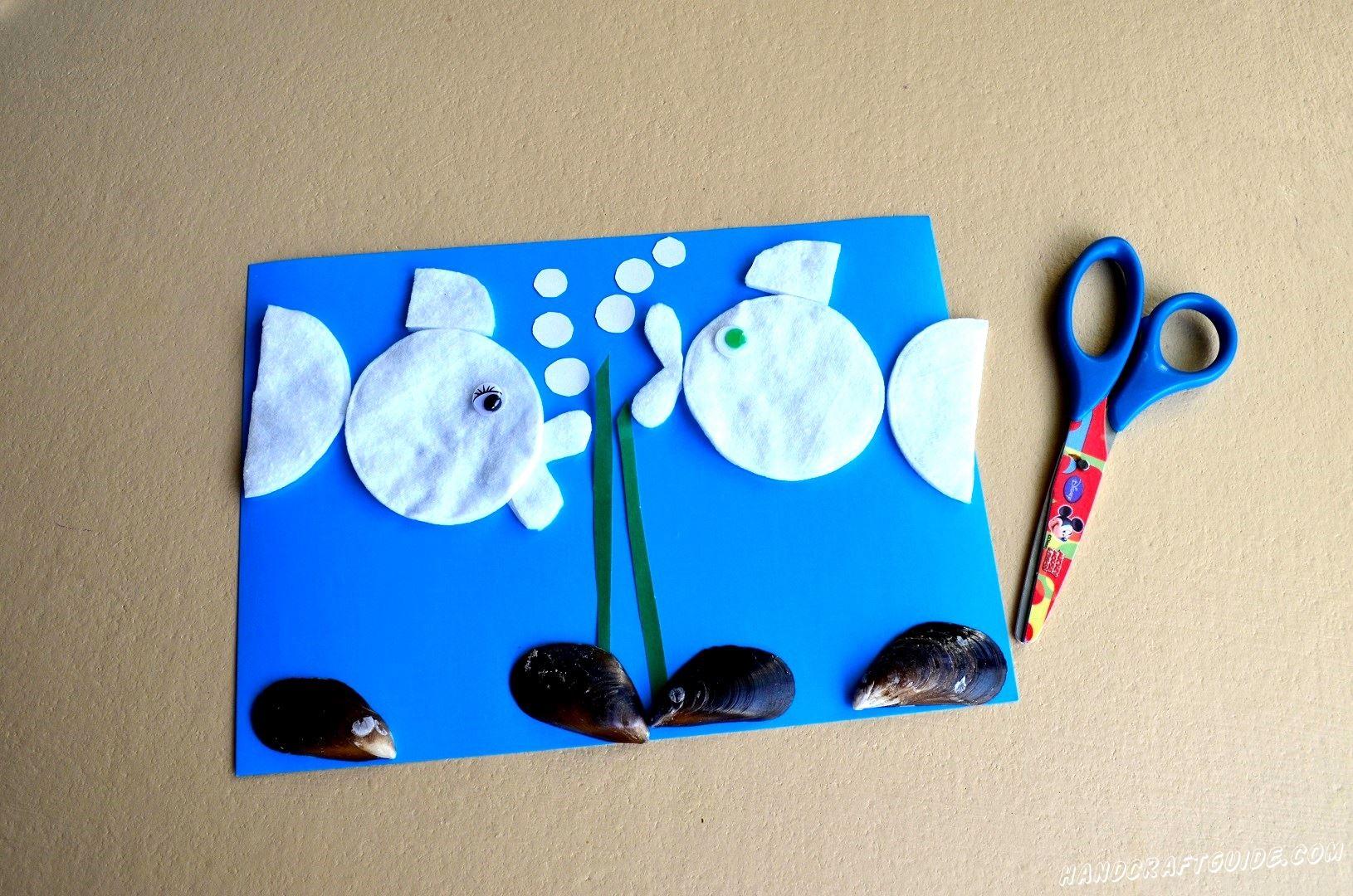 Осталось только вырезать и приклеить бульбашки из белой бумаги, и нарисовать, или приклеить декоративные, глазки нашим рыбкам.