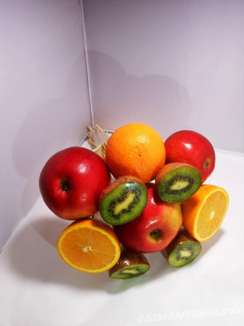 Делаем композицию из фруктов и сматываем это всё в один общий фруктовый букет. Старайтесь сделать букет максимально плотным.