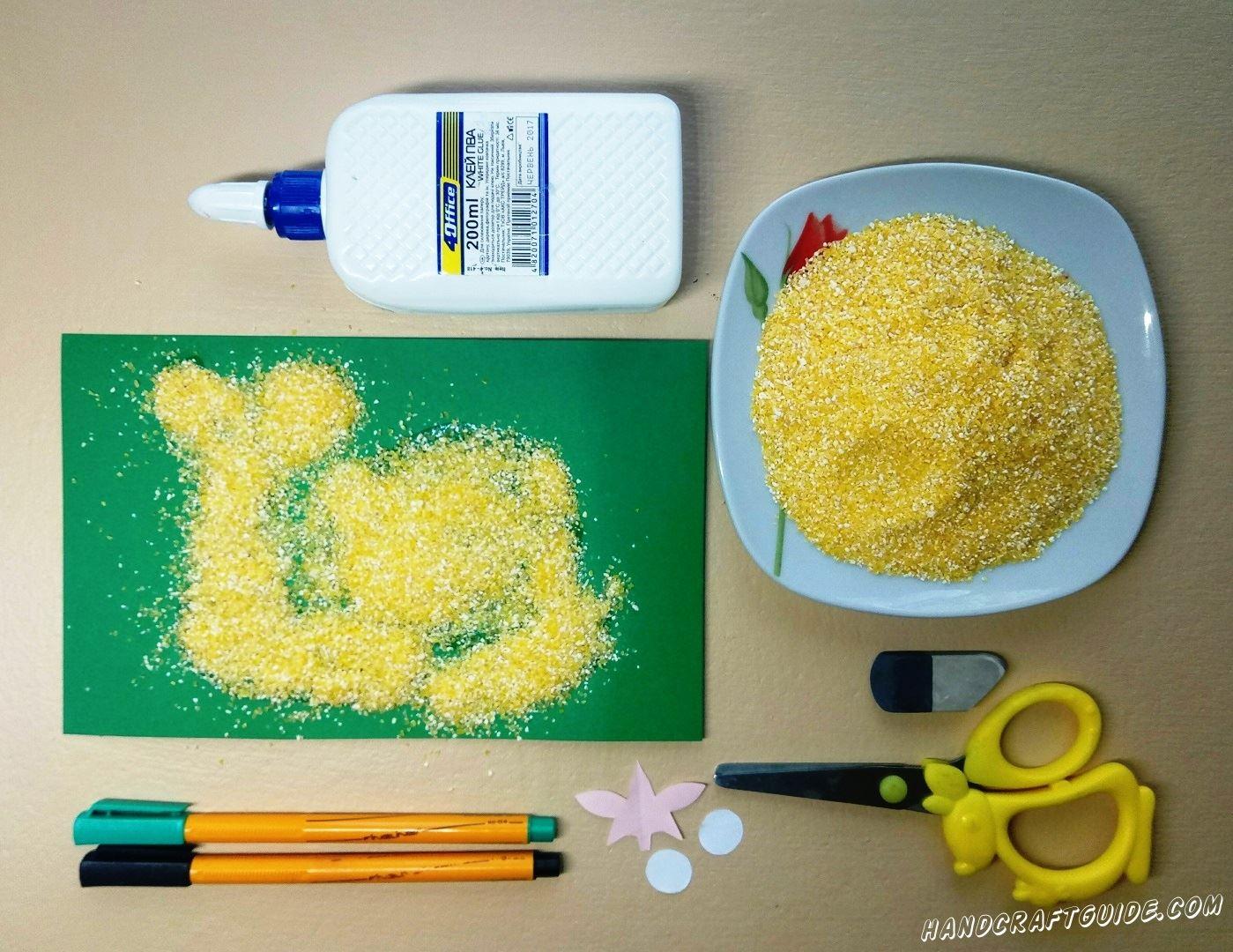 Засыпаем наш рисунок из клея кукурузной кашей