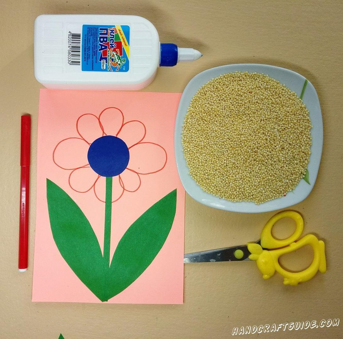 Красным фломастером мы рисуем лепесточки нашего цветочка