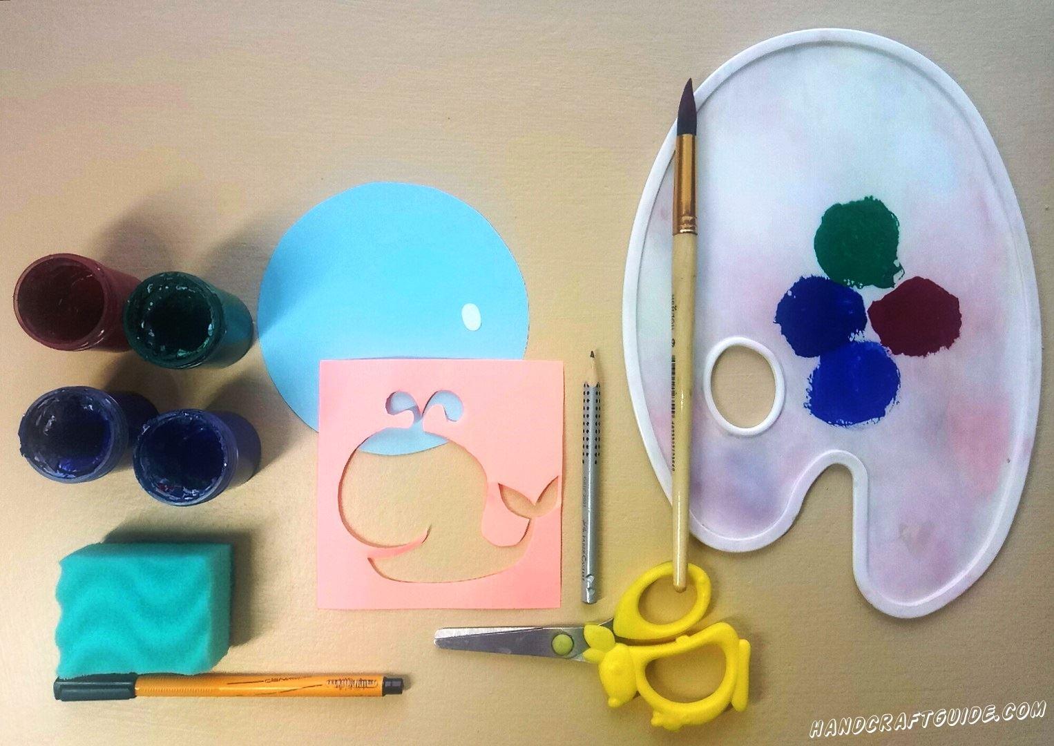 Прикладываем трафарет на голубой круг и намазываем синей, а также зелёной краской  нашу мягкую губку. Начинаем разрисовывать одну половину кита