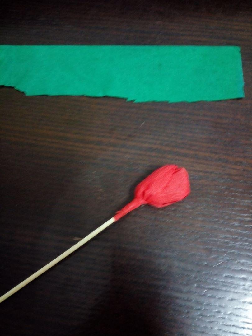 Зелёной бумагой оборачиваем шпажку и добавляем листочек зелёного цвета