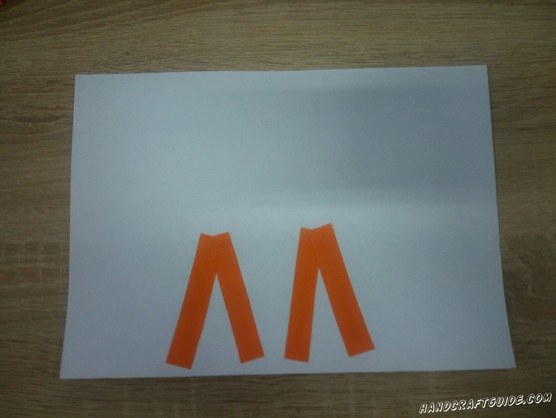 На белый лист А4 наклеиваем 4 полоски буковками Л. Это будут наши лапки