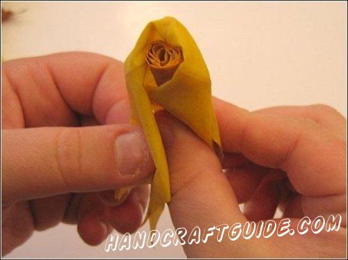 скручиваем розу из осеннего листочка