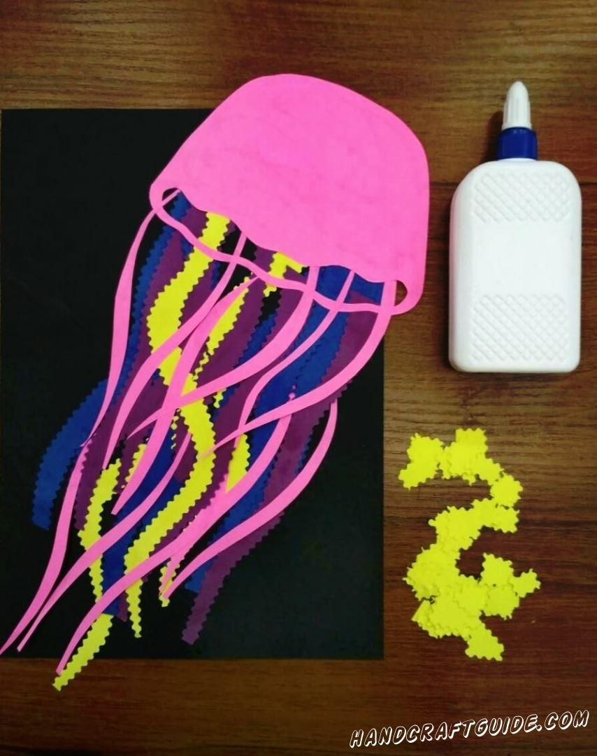 Настало время желтых квадратиков, которые мы наклеиваем на шляпку медузы