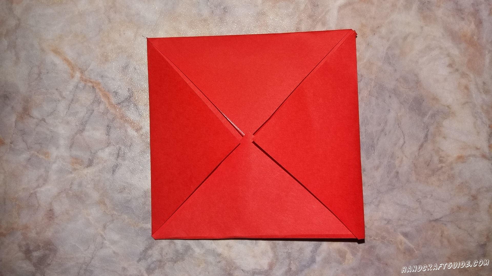Складываем наш квадрат так, чтоб в центре сошлись четыре треугольника