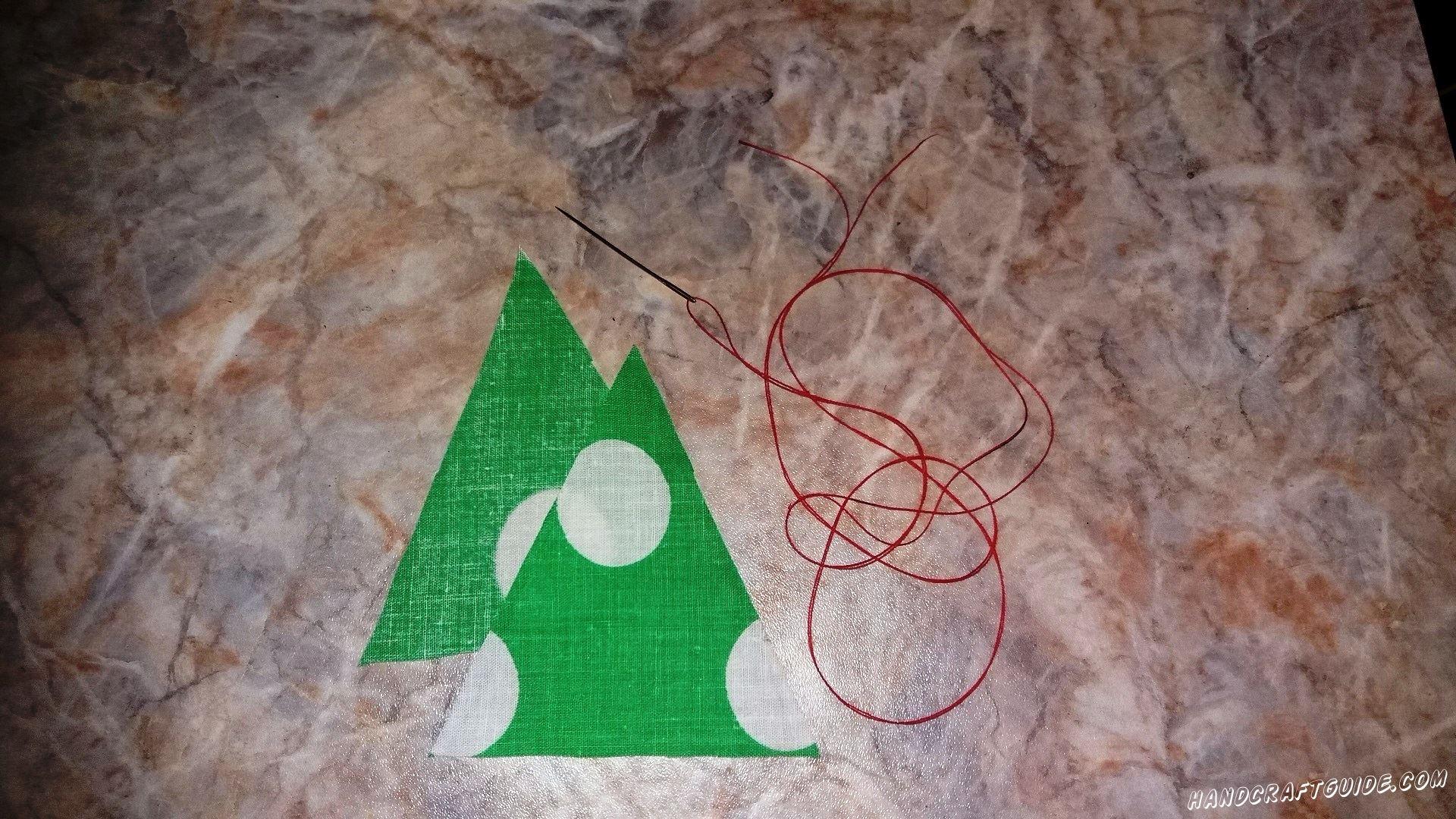Берем 2 треугольника и сшиваем их по краю, оставляя одну сторону пока не тронутой.