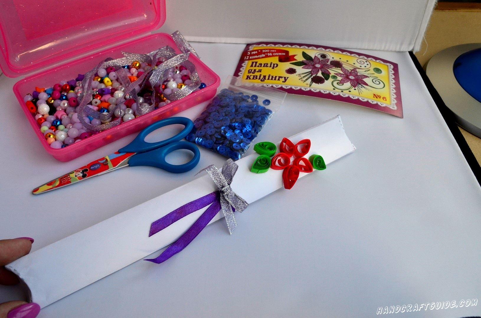 Осталось красиво украсить нашу коробочку. Скрутим и приклеим цветочки из бумаги для квиллинга, с бусинками внутри, а также бантик из атласных ленточек