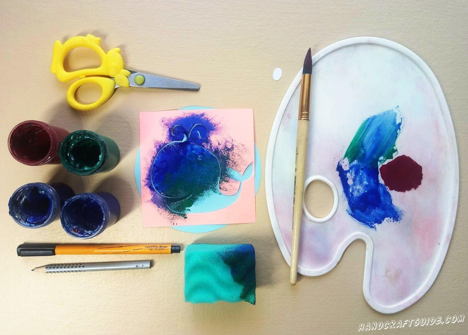 Добавляем ещё бордовую краску, к уже имеющимся, и разрисовываем вторую часть кита