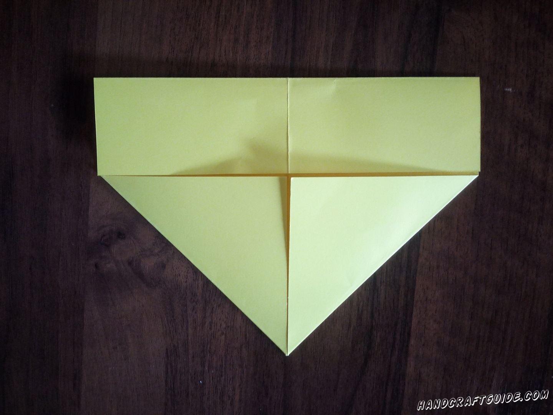 Затем вдвое сгибаем нижнюю прямоугольную часть, подгибая к треугольнику
